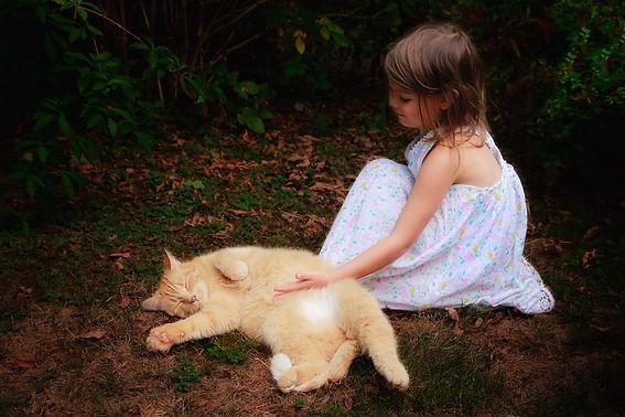 Mädchen und rote Katze