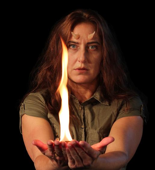 Lina Petersén som Asmodea, med horn i pannan och eld i händerna.
