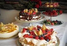 Kakkuja ja macaronseja tarjolla pöydällä