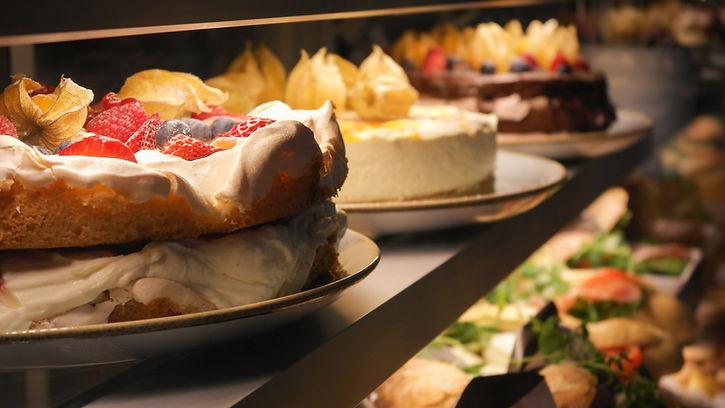 Britakakku ja juustokakku vitriinissä