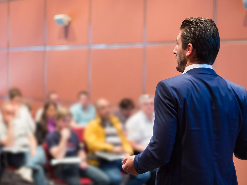 Orador-frente-a-audiencia-speaker-daniel