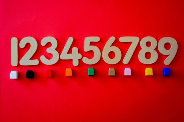 Serie di numeri con mattoncini colorati