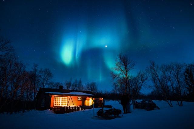Aurora boreale sopra una casa