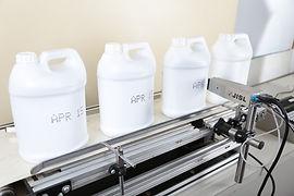 ベルトコンベアを流れる容器に文字を印字する機械
