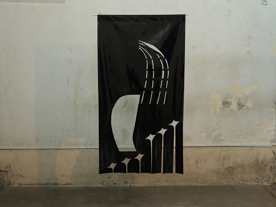 José María Denegri. Nuevo Horizonte S.A., 2019. Plástico charolado negro. 180 x 70 cm