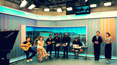 """Acompanhando a cantora Júlia Rocha no programa """"Balanço Geral"""" da TV Record."""