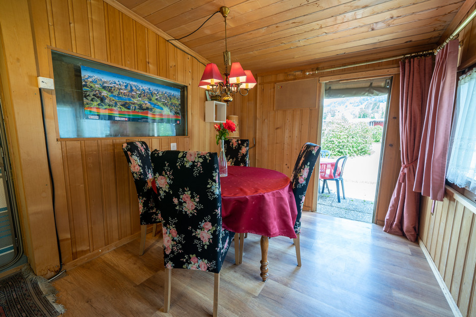 Bellerive Camping Wohnwagen Sitzgelegenheit drinnen