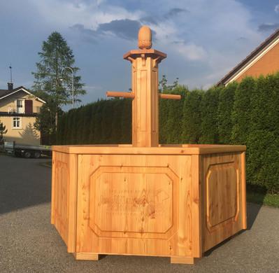 Holzbrunnen-mit-Fräsarbeit.jpg