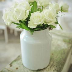 זר ורדים לבנים על ארגז ירוק