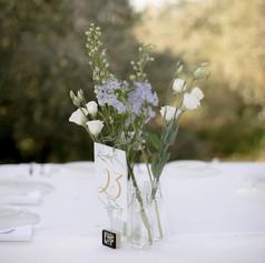 זר פרחים ומספר שולחן