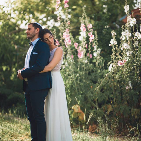 כלה וחתן על רקע החוטמיות הפורחות