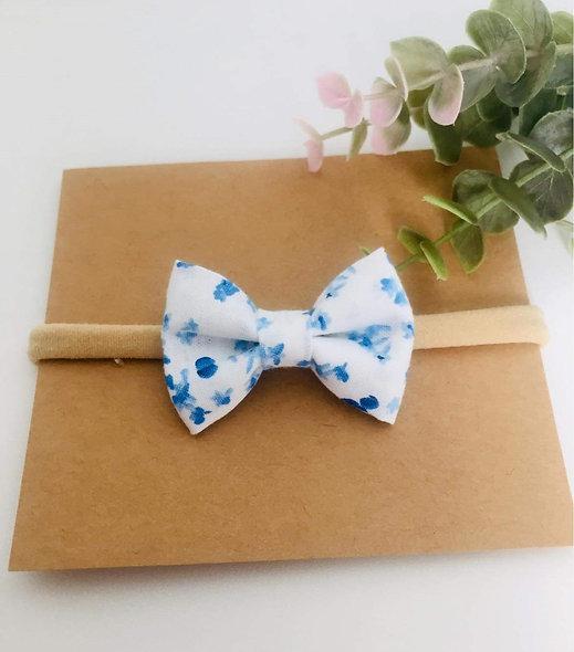 Fleuri bleue fond blanc