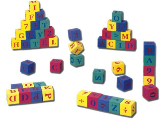 Cubos de números y letras en caucho espuma