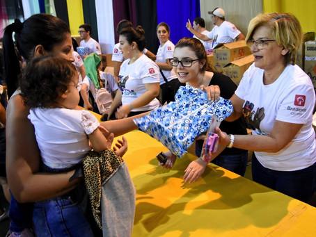 Papai Noel motociclista presenteia mais de 2 mil crianças da APAE-SP