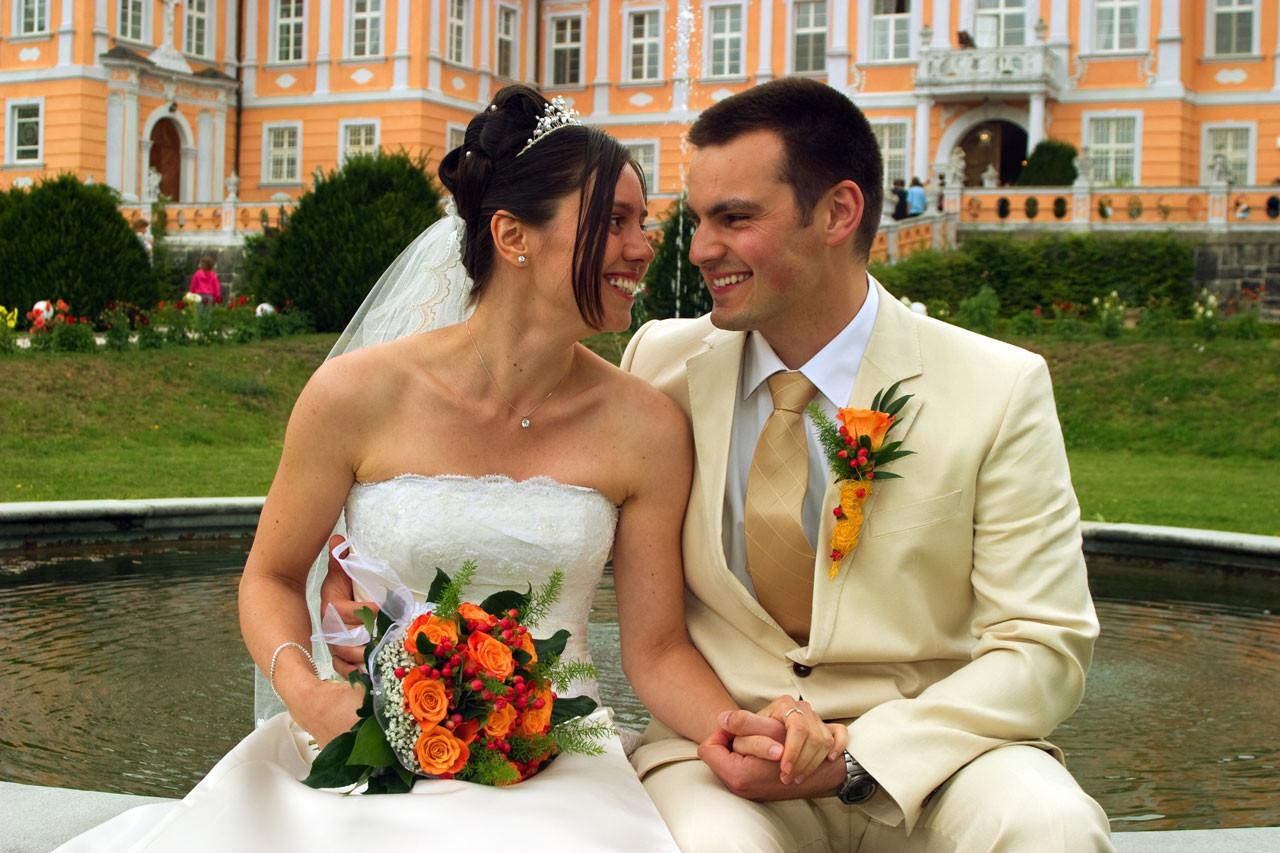 Brautpaar vor Gebaeude