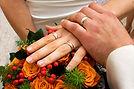 Hände und Ringe auf Rosen gebettet
