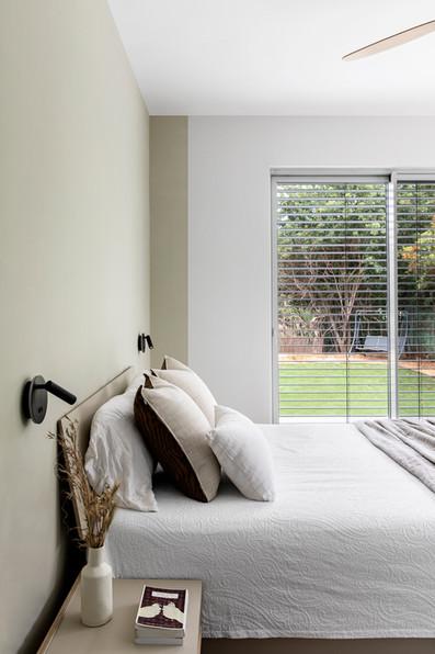 מבט לחצר מחדר השינה