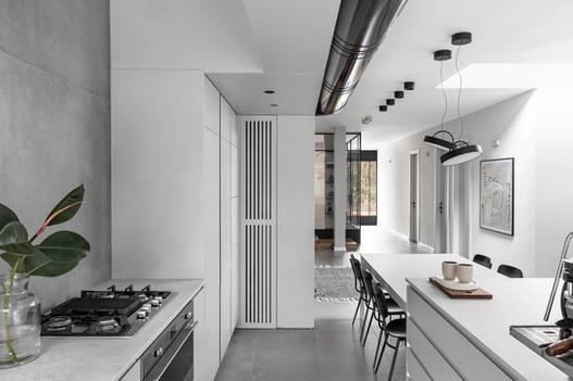 מבט למטבח למשרד הביתי וליציאה לחצר