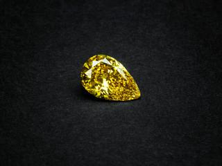 Naturfarbener Fancy Deep Yellow Diamant