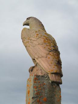 Örn – minnismerki um Skúla Magnússon í Skúlagarði, Kelduhverfi (jaspíssalli og marmarasement) 1957 – An eagle (memorial), NE-Iceland