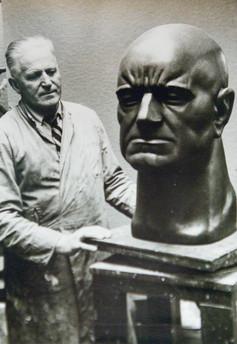 Finnska tónskáldið Jean Sibelius (jaspís og marmarasement) 1958 – The composer Jean Sibelius (chiefly jasper).