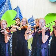 """Suzuki grupas """"Rocky Mauntain Strings"""" (ASV) koncerts pirmajā Latvijas Suzuki vasaras meistarklasē 2015. gada vasarā Engurē."""