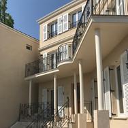 セキュリティガラスのフレンチウィンドウと壁厚が普通ではないフレンチスタイル住宅。