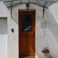 住宅施工例。フランス製のマルキーズ(ガラス入り庇)と玄関ドア