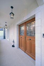 輸入住宅施工例/アイアンとの組み合わせが美しい木製玄関ドア。