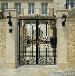 輸入住宅/住宅施工事例/イタリア製のロートアイアンのパーツを日本の職人の手で製作するアイアンの門扉。