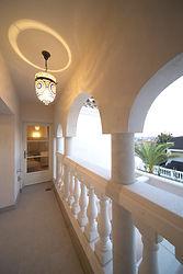 輸入住宅/住宅施工事例/庭を一望できるバルコン。スペイン産のバラスター手摺がアクセント。