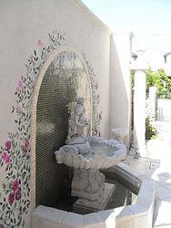 輸入住宅/外構施工実例/フレンチガーデンに設置した噴水。壁泉、床タイルなどトータルでコーディネート