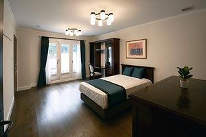 輸入住宅/住宅施工事例/上質な家具・ファブリックをコーディネートした高級感ある寝室。