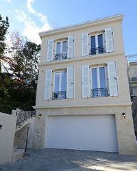 輸入住宅/住宅施工事例/フランスのヴォレ(雨戸)と、ガレージ周りに石貼りを採用したフレンチスタイルの分譲住宅。