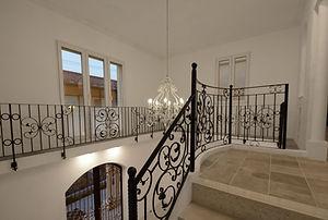 住宅施工事例。ロビーの床は2種類の大理石を用いてデザイン。階段は床と合わせて大理石のスラブ。