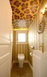 輸入住宅/住宅施工事例/トイレの天井にはヒョウ柄のモザイクタイル。大人の遊び心が溢れている。
