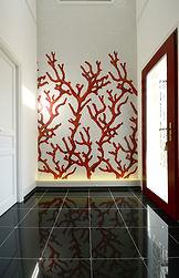 イタリアガラスモザイクでデザインされたサンゴの壁。フランス製玄関ドアのげんげんぁn玄関。