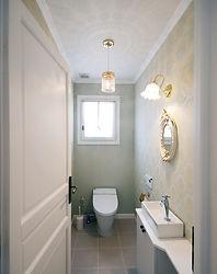 輸入住宅/住宅施工事例/輸入クロス、ミラー、ブラケットが上品なトイレ。