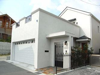 輸入住宅/住宅施工事例/白の左官壁、ビルトインガレージのある家