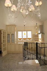 輸入住宅/住宅施工事例/フランスから直輸入したキャビネット。天板や壁面にもフランスのタイルを施しました。