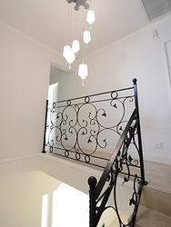 輸入住宅/住宅施工事例/吹き抜けの階段、廊下を華やかにするアイアン手摺。