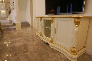 輸入住宅/住宅施工事例/イタリアの工房から取り寄せたTV台は一味違うデザイン。