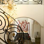 住宅施工例。イタリア ガラスモザイクでデザインした壁面とアイアン手摺が重なるエントランスの光景。