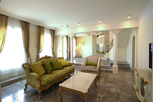 輸入住宅施工事例/3mの高い天井と大理石の床が五つ星ホテルのような空間。