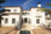 輸入住宅/住宅施工事例/アルハンブラの思い出をテーマに、素焼きのフランス産瓦と漆喰壁が美しく調和した住まい。