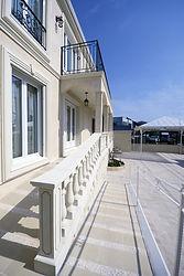 輸入住宅/住宅施工事例/スロープにする事で車椅子やベビーカーでも利用できるようにした、玄関までのアプローチ。