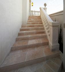 輸入住宅/住宅施工事例/スペイン産のバラスター手摺・柔らかなカラーの大理石が上品なアプローチ。