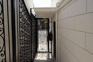 輸入住宅/住宅施工事例/オリジナルデザインのアイアンの門扉。