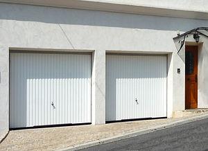 輸入住宅/住宅施工事例/小型車であれば4台駐車できる大きなガレージ。奥には収納スペース。