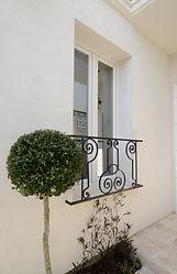 輸入住宅/住宅施工事例/窓周りにもアイアンの飾りを施して。  